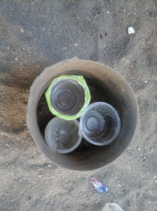 Cup diatur sebelum ditutup tanah dan bunga ditanam